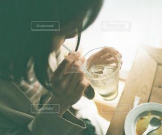 カフェで飲み物を飲む女性の写真・画像素材[1108634]