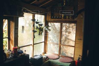 窓から差し込む自然光の写真・画像素材[1148989]