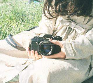 カメラ女子のピクニックの写真・画像素材[1189333]