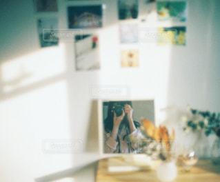 部屋でのセルフ写真の写真・画像素材[1189335]