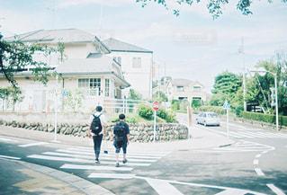 歩道を歩く男性ふたりの写真・画像素材[1189336]