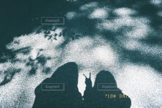 ピースをする女性の影の写真・画像素材[1189338]