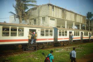 人がはみ出ている海外の通勤電車 - No.1237601