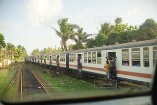 人がはみ出ている海外の通勤電車の写真・画像素材[1237602]