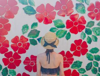 夏休みを沖縄で過ごす女性の写真・画像素材[1296492]