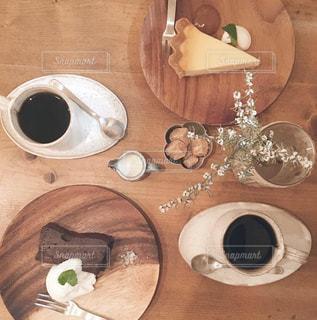 木製テーブルの上のコーヒー カップの写真・画像素材[1506629]