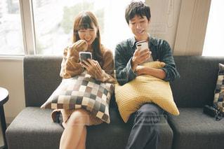 窓際で楽しそうな2人の写真・画像素材[1536949]
