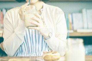 カフェにいる女性の写真・画像素材[1573644]
