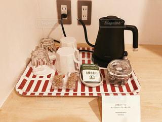 テーブルの上のコーヒーカップと軽食。の写真・画像素材[1710600]