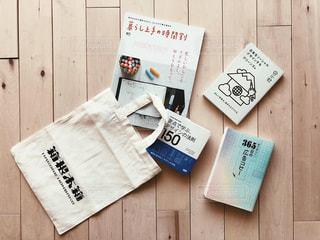 本と雑誌とトートバッグの写真・画像素材[1710601]