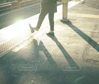 影あそびをする人の写真・画像素材[1753122]