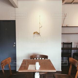 ダイニングルームのテーブルとミモザの写真・画像素材[1870275]