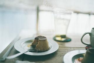 かじりかけのプリンの写真・画像素材[2183213]