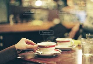 ティーカップと手元の写真・画像素材[2992699]