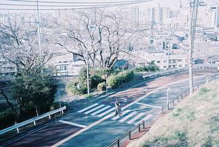 坂道の横断歩道を渡る2人の写真・画像素材[3023474]