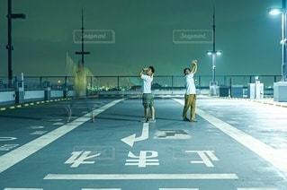夜と男性3人の写真・画像素材[3499490]