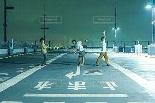 夜と男性3人の写真・画像素材[3499489]