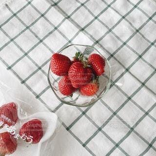 大きな苺の写真・画像素材[4190331]