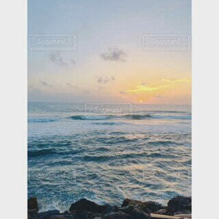 スリランカの鉄道から見た、インド洋越しの夕焼けの写真・画像素材[4635846]