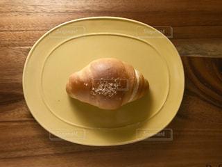 皿の上の塩パンの写真・画像素材[997376]