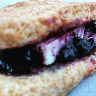 ブルーベリーとクリームチーズのスコーンの写真・画像素材[906041]