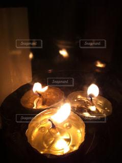 3つ灯るキャンドルの写真・画像素材[331413]