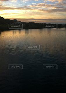 水面に映る美しい夕焼けの写真・画像素材[331467]