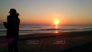 海岸にたたずむ人の写真・画像素材[331472]