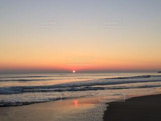 日の光が反射する海岸の写真・画像素材[331474]