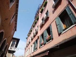 ヴェネツィアの可愛い窓辺の写真・画像素材[1664664]