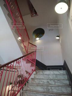 ピンクが印象的な階段の写真・画像素材[1664702]