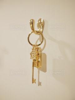 壁に掛かっている鍵の写真・画像素材[2811422]