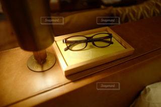 ベッドサイドの眼鏡の写真・画像素材[797349]