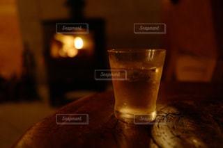 テーブルと暖炉とお酒の写真・画像素材[797356]