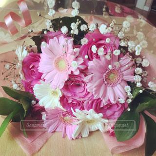 テーブルの上の花の花瓶の写真・画像素材[2141506]