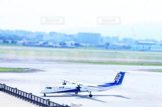 水域の上に座っている飛行機の写真・画像素材[2353343]
