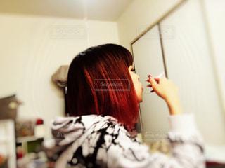 タバコを吸っている女性の横顔 - No.822665