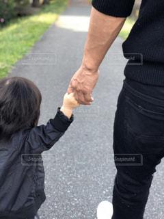 手を繋いでお散歩の写真・画像素材[1629910]