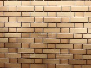 近くにレンガの壁のアップの写真・画像素材[1696872]