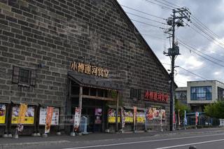 通り側に看板のあるビルの写真・画像素材[734455]