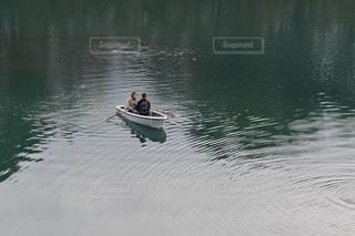 湖面のボートの二人の写真・画像素材[844029]