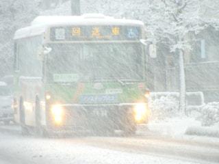 吹雪の中の都バスの写真・画像素材[1007487]