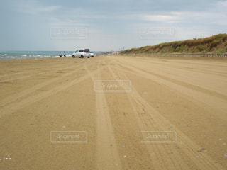 道路の横にある砂浜のビーチの写真・画像素材[1223644]