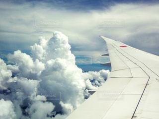 積乱雲の発生のなかの飛行の写真・画像素材[1424226]