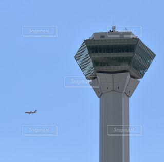 タワーの背景に着陸態勢の旅客機の写真・画像素材[1748319]