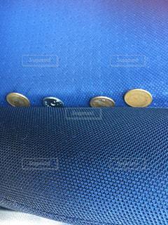 シートの溝に挟まっていた小銭の写真・画像素材[2860741]