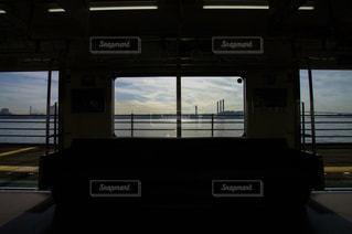 電車の窓から見える海。 - No.287266