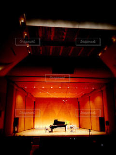 コンサートホールのステージに置かれたグランドピアノの写真・画像素材[289227]