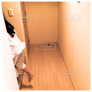 階段を上がる女の子の写真・画像素材[290575]