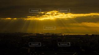 空から降り注ぐ光の写真・画像素材[298707]